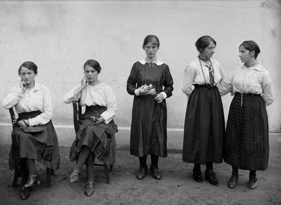 Female Workers in Front of the Chocolate Factory Cima Norma, Dangio-Torre © Fondazione Archivio Fotografico Roberto Donetta, Corzoneso