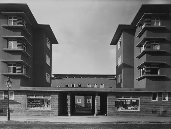 Werner Mantz, Wohnblock in Köln-Ehrenfeld, Alpener Straße, 1927