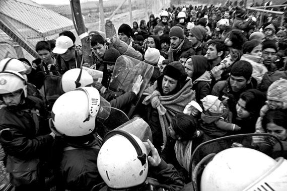 Nikos Pilos: Migranten und Flüchtlinge überqueren die Grenze zwischen Griechenland und Mazedonien in der Nähe von Gevegelija im Oktober 2015. Vermutlich sind mehr als 3000 ertrunken und 800.000 haben Europa in diesem Jahr erreicht