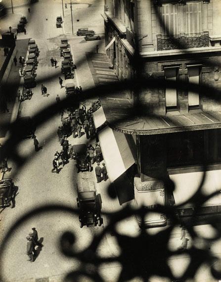 László Moholy-NagyMarseille, Rue Canebiere, 192951.3 × 40 cmEdwynn Houk GalleryGalleries Hall 2.0 A7