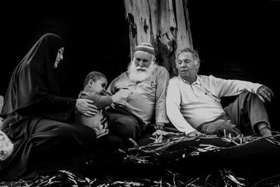 Hamouda al-Farah, Mitte, Palästinenser, mit seiner Frau Awatef, links, und seinem Enkel Muhamad, der wegen einer schweren Krankheit im Krankenhaus behandelt wird.Die Familie al-Farah ist aus Khan Yunis, Gaza, und hat seitdem arabisch-israelischen Krieg 1967 viele Verluste erlitten. Buma Inbar, rechts, Israeli, verlor seinen 20 Jahre alten Sohn Yotam, der während seines Dienstes in der israelischen Armee getötet wurde.© Rina Castelnuovo