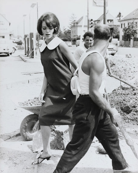 Regina Relang: Sylvia Dakis an einer Baustelle, 1959 © Münchner Stadtmuseum Sammlung Fotografie Archiv Relang