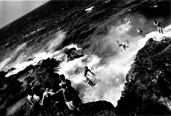 Ernesto Bazan: Boys jumping off the Malecón, Havana, 1996