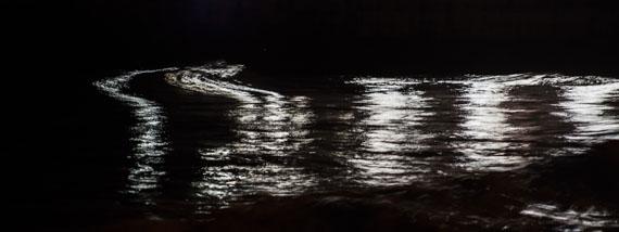 Nacht #004 Zushi Kanazawa Beach, Japan 2016 / Archival pigment print © RALF TOOTEN