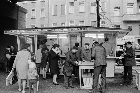 "Bernd Heyden: Am Bockwurststand ""Konnopke"", Schönhauser Allee, Ost-Berlin, 1970 © bpk/Bernd Heyden"