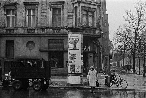 Bernd Heyden: Oderberger Straße, Ecke Kastanienallee, Ost-Berlin, 1970 © bpk/Bernd Heyden