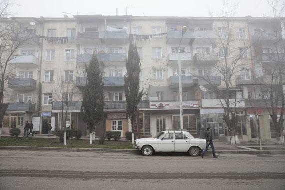 Fatih Kurceren: Im Bürgerkrieg zerschossenes Wohnhaus in der Hauptstadt Stepanakert, Nagorno Karabakh