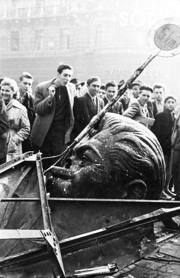 Rolf Gillhausen: Demontierter Kopf einer Stalinstatue, Budapest 1956  © Rolf Gillhausen