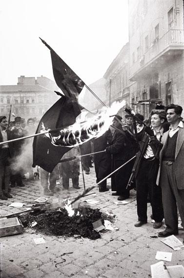 Erich Lessing, Nach der Besetzung der Zentrale der kommunistischen Partei verbrennen Aufständische sowjetische Fahnen, Budapest 30. Oktober 1956 © Erich Lessing