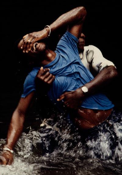 Leonore Mau: Trance im Fluss, Grenada, 1978 © Nachlass Leonore Mau, S. Fischer Stiftung