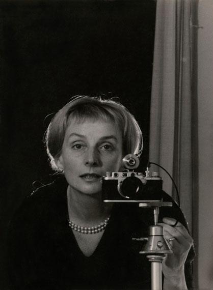 Leonore Mau: Selbstporträt mit Leica, Hamburg, 1962 © Nachlass Leonore Mau, S. Fischer Stiftung