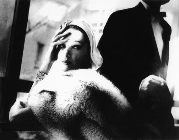 GOLDEN FOX, BLUE FOX, MARILYN AMBROSE, BOA BY FREDERICA, NEW YORK, HARPER'S BAZAAR, NOVEMBER 1954© Lillian Bassman Estate/Courtesy of Edwynn Houk Gallery, New York & Zurich