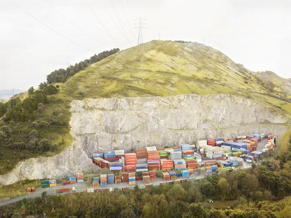 """Henrik Spohker: """"Lagerung von leeren Containern, Bilbao, Spanien"""" aus der Serie """"In Between"""""""