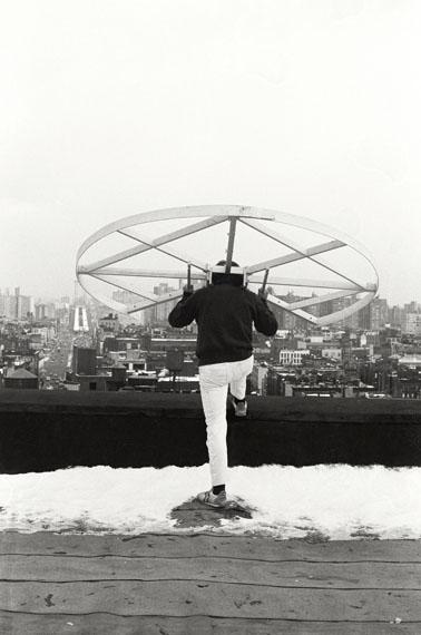 Alfons Schilling mit Sehmaschine Kleines Rad, New York 1978Silbergelatineabzug, Foto von Janice Everett© Nachlass Alfons Schilling