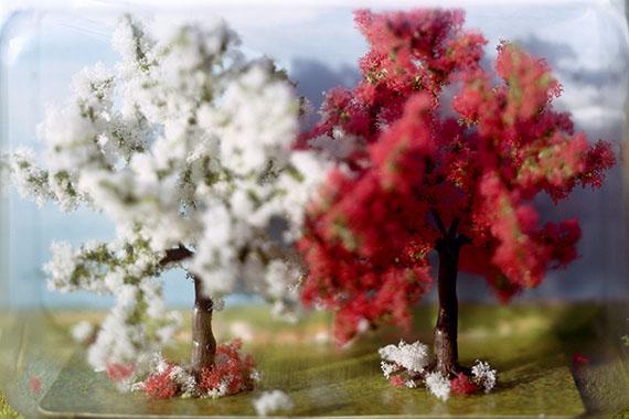 "Thomas Wrede: Blühende Obstbäume, 2004, aus der Serie: ""Wrapped Landscapes""© VG-Bildkunst, Bonn 2017"