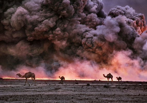 Burgan oil fields burning, Kuwait.1991© Bruno Barbey / Magnum Photos