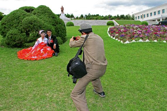 Julia Leeb: Photoshooting with a bridal pair in Kaesŏng © Julia Leeb