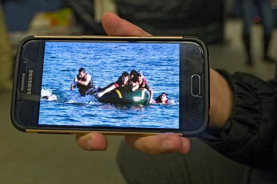 Geflüchtete zeigen Erinnerungen auf ihren Handys, 2016 // Refugees show memories on their phones, 2016© Herlinde Koelbl