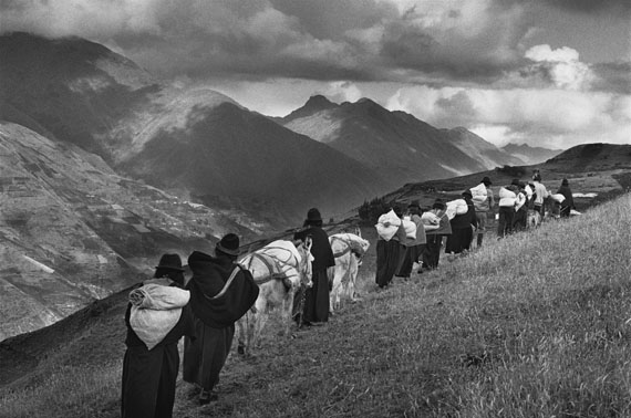 The men having migrated to the cities, the women carry their goods to the market of Chimbote. Region of Chimborazo. Ecuador. 1998© Sebastião Salgado / Amazonas images