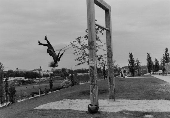 Sibylle Bergemann: Mauerpark, Berlin, 1996© Nachlass Sibylle Bergemann; Ostkreuz / Courtesy Kicken Berlin and Loock Galerie