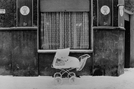 Sibylle Bergemann: Zionskirchstraße, Berlin, 1978© Nachlass Sibylle Bergemann; Ostkreuz / Courtesy Kicken Berlin and Loock Galerie