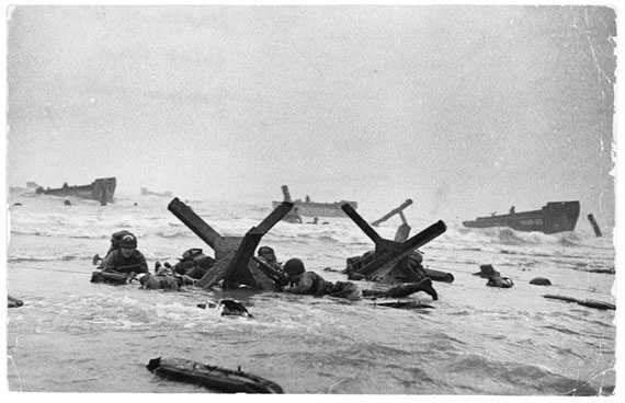 Robert Capa, US troops assault Omaha Beach during the D-Day landings, Normandy, France, June 6, 1944 © Robert Capa © International Center of Photography/Magnum Photos