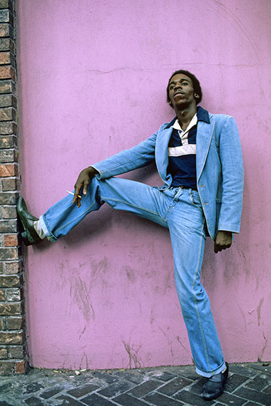 Man in blue suit, Harlem, NY, 1977, 110 x 80 cm, Edition 5 & 2 AP, Archival Pigment Print © Willy Spiller