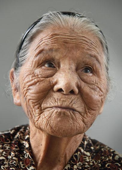 Karsten Thormaehlen: Tonaki, 101aus dem Buch Aging Gracefully (Chronicle / Knesebeck 2017), Naha, Okinawa, Japan 2014Inkjet auf Leinen, 75 x 105 cm © Karsten Thormaehlen