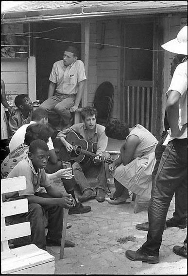 BOB DYLAN BEHIND THE SNCC OFFICE, GREENWOOD, MISSISSIPPI, 1963
