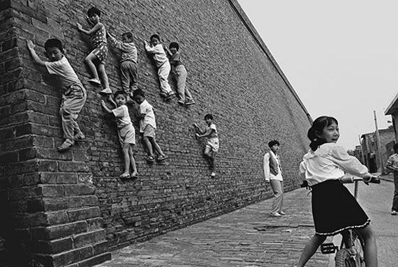 Hu Wugong Children Climbing the City Wall, 1996/ 2017 Courtesy: Three Shadows Photography Art Centre