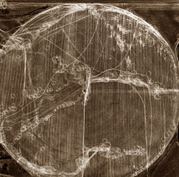 Emmet Gowin: Pivot Agriculture, Washington, 1987. Gelatin silver print, 9  5/16 in x 9  9/16 in Sammlung Museum of Contemporary Photography, Chicago. Copyright Emmet Gowin
