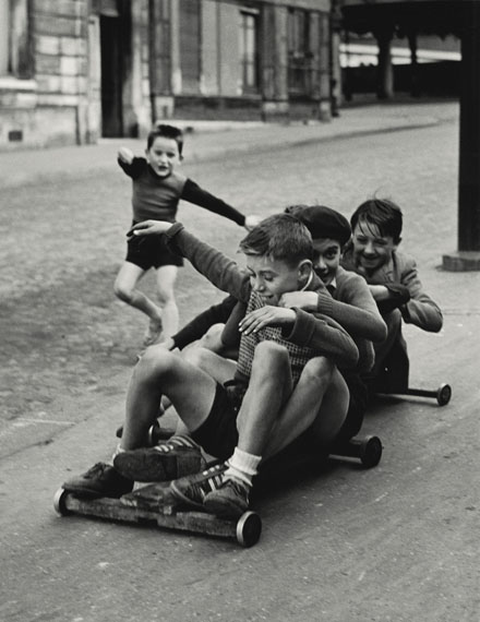 Sabine Weiss: Enfants jouant, rue Edmond-Flamand, Paris, 1952