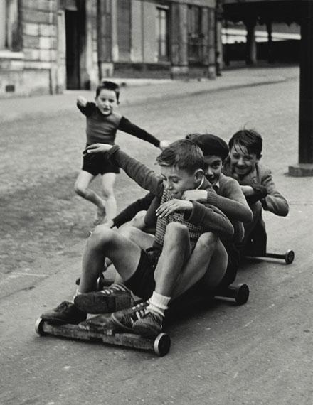 Sabine Weiss: Enfants jouant, rue Edmond-Flamand, Paris, 1952