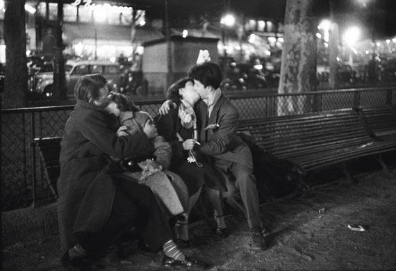 Sabine Weiss: Amoureux, place de la République, Paris, 1954