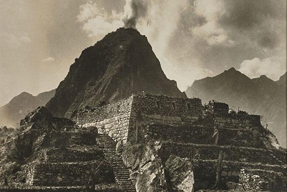 Martin Chambi: Incendio en la cumbre del Huayna Picchu, Machu Picchu, 1928Colección Jan Mulder© Martin Chambi