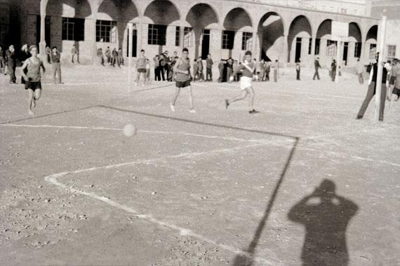 Akram Zaatari: Photographer's Imagination, 2017basierend auf einer Fotografie des Schulhofs von Makassed von Chafiq el Soussi, 1950er JahrePigment Inkjet Druck auf Hahnemühle Photo Rag100 x 150 cm© Akram Zaatari, Courtesy the artist