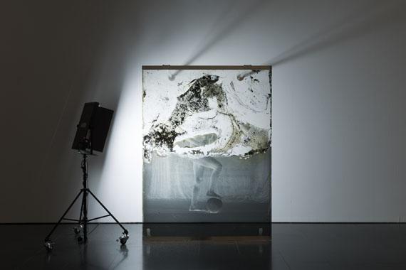 Akram Zaatari: Archeology, 2017laminiertes Glas und mixed Media210 x 160 cm, Installationsansicht im MACBA, Barcelona, 2017© Akram Zaatari, Courtesy the artist