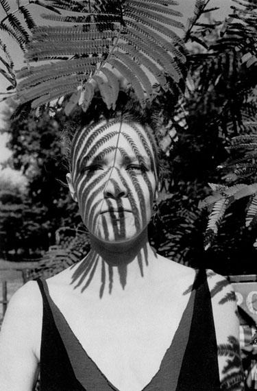Arlene GottfriedWoman under a Leaf, Tompkins Square Park, New York, 1983Tirage gélatino-argentique vintage sur papier Agfa Brovira, réalisé par l'artisteDimensions du tirage : 27,7 x 35 cmSigné au dos