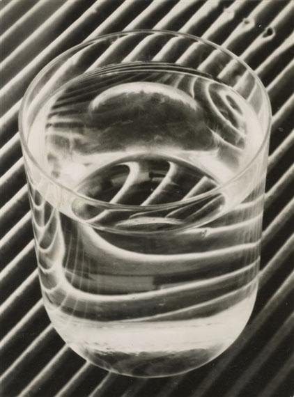 Untitled (Wasserglas) 1934Gelatin silver print8.9 x 7.7 cm© Elfriede Stegemeyer