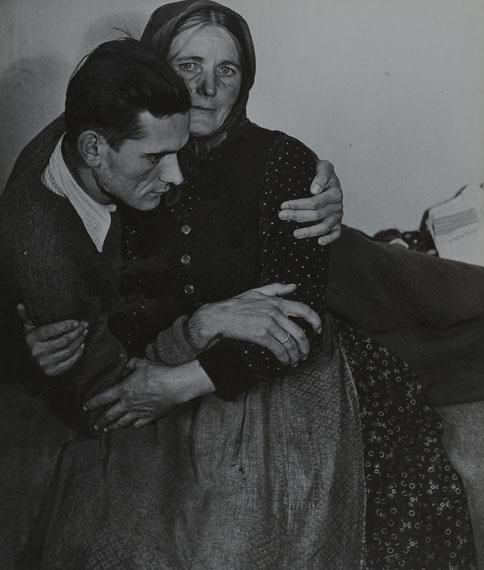 Madame d'Ora: Frau, einen kränklichen Mann stützend, 1945/46, aus der Flüchtlings-Serie, Silbergelatineabzug, 34,7 x 29,5 cm© Museum für Kunst und Gewerbe Hamburg