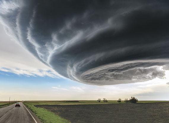 Marko Korosec, SlowenienSUPERZELLENGEWITTER Marko Korosec, nahe Julesburg, Colorado. Bedrohlich hängt die Gewitterwolke über einem Feld im Osten Colorados. Nicht selten gehen aus solchen beeindruckenden Formationen Tornados hervor, aus diesem allerdings nicht.