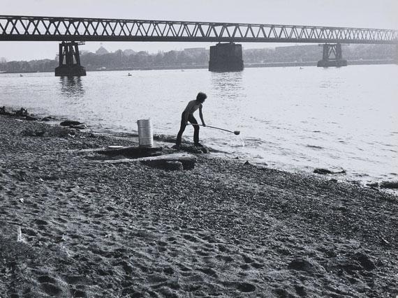 """Klaus Rinke: Düsseldorf 28.6.1969. 7.15 (Uhr), aus der 12-teiligen Fotodokumentation zur Arbeit """"12 Fass geschöpftes Wasser""""LVR-LandesMuseum BonnFoto: Jürgen Vogel, © Klaus Rinke, 2018"""