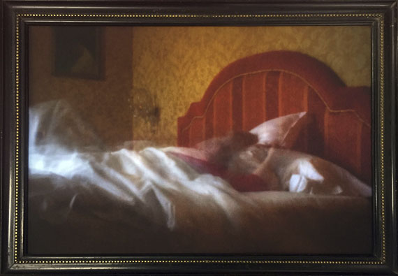 © Karen Stuke, Camera Obscura Langzeitbelichtung in Caruso Sterbezimmer, Caruso Suite, Hotel Vesuvio, Neapel, 2018