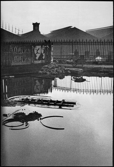 """Isabelle Le Minh""""Derrière la Gare Saint Lazare, Paris 1932"""" aus der Serie """"Trop tôt, trop tard"""", 2008Pigment Print on Baryta Paper"""