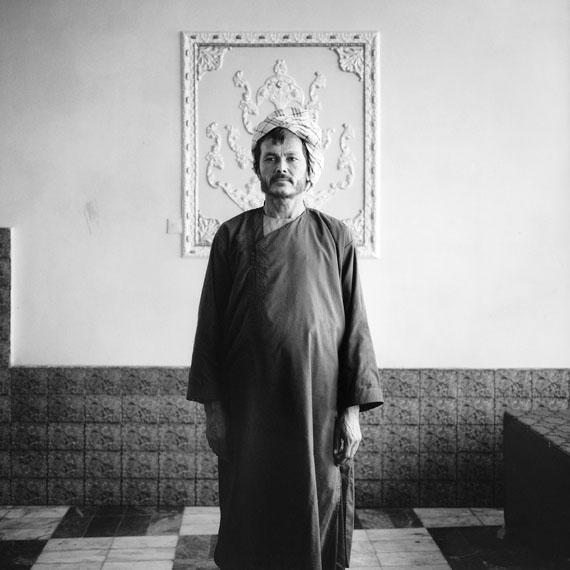 Sean Hemmerle, Servant, Pol i Khomri, Afghanistan, 2003, Gelatinsilverprint, 40 x 40 cm.© 2018 Sean Hemmerle, Courtesy of Galerie Julian Sander, Cologne
