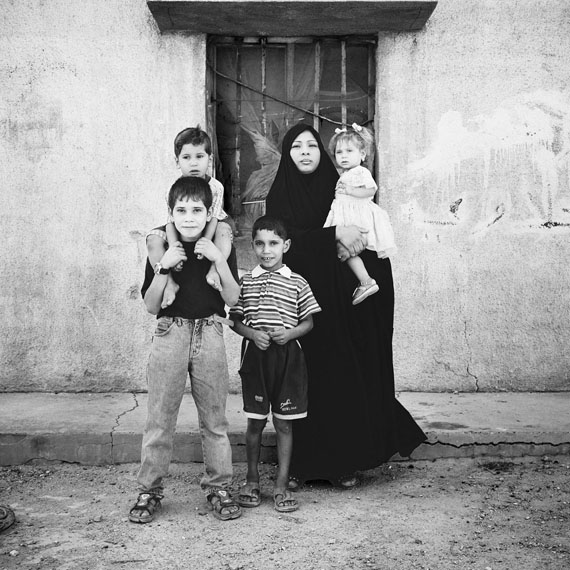 Sean Hemmerle, Squatter Family, Baghdad, Iraq, 2003, Gelatinsilverprint, 40 x 40 cm.© 2018 Sean Hemmerle, Courtesy of Galerie Julian Sander, Cologne
