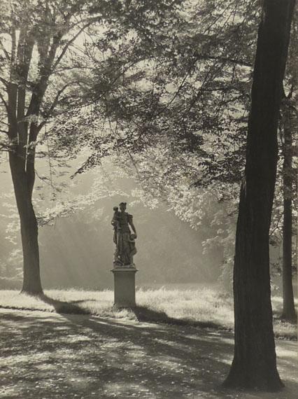Max Baur: Morgen in Sanssouci, nach 1934Vintage, Silbergelatineabzug auf Seidenmattpapier, 38,5 x 28,5 cm© Lichtbild-Archiv Max Baur / Sammlung M.-L. Surek-Becker