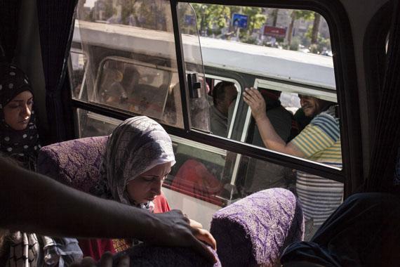 Amélie Losier: Alleinreisende Frau in einem öffentlichen Bus, Kairo, 2014