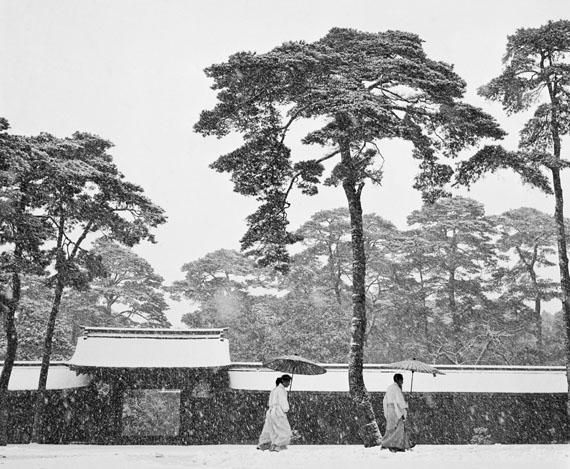Werner BischofShinto-Priester im Hof des Meiji-Schreins, Tokio, Japan 1951 © Werner Bischof / Magnum Photos