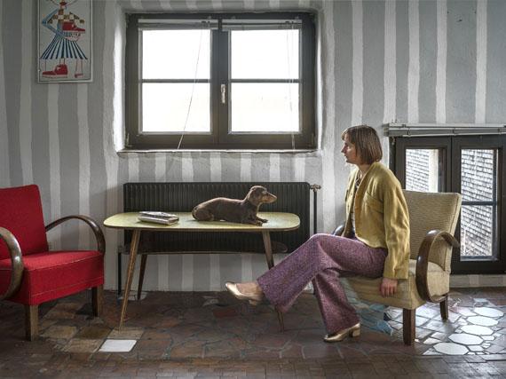 Elina Brotherus: Hundertwasserhaus mit Hund © Elina Brotherus, Courtesy gbagency